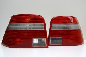 VW Golf IV zadní světla s bílým blinkrem.